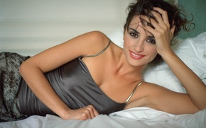 Картинка улыбка, актриса, брюнетка, лежит, Пенелопа Крус, Penélope Cruz