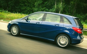 Картинка grass, side, road, blue, wallpapers, front, mersedes, wheel, drive, door, motion, B-Class, tail light