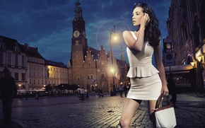 Картинка девушка, город, вечер, сумочка, мостовая