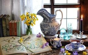 Картинка цветы, книги, чай, окно, чашка, барвинок, крокус, натюрморт, свеча, бутылки, очки, нарцисс, кувшин