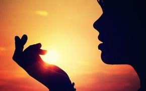 Картинка небо, девушка, солнце, закат, лицо, рука, силуэт