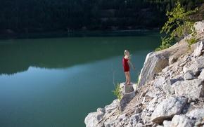 Обои лес, девушка, счастье, озеро, камни, милая, модель, блондинка, red, rock, dress, nature, water, приятная, длинноволосая, ...