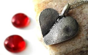 Картинка сердце, медальон, отпечатки, пальцев