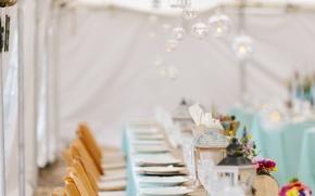 Картинка стол, лампы, тарелки