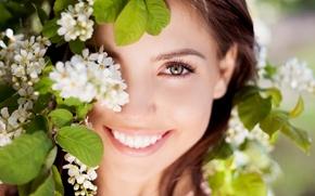 Картинка глаза, взгляд, листья, девушка, радость, цветы, природа, лицо, улыбка, фон, обои, настроения, смех, позитив, брюнетка, ...