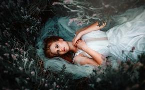 Картинка трава, взгляд, девушка, природа, платье, лежит