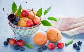 Обои абрикосы, черешня, черника, листья, ягоды, натюрморт, фрукты, Anna Verdina, лето, вишня, посуда