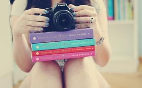 Картинка девушка, фон, обои, ноги, настроения, книги, руки, кольцо, фотоаппарат, браслет, украшение, ногти, лак, аксессуар