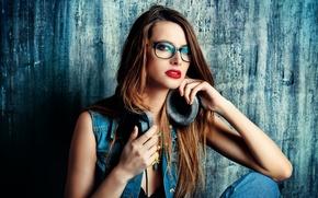 Картинка взгляд, лицо, фон, модель, джинсы, макияж, наушники, помада, очки