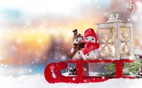 Картинка зима, снег, праздник, новый год, ветка, фонарь, снеговики, сани, шишка, хвоя, санки, фигурки