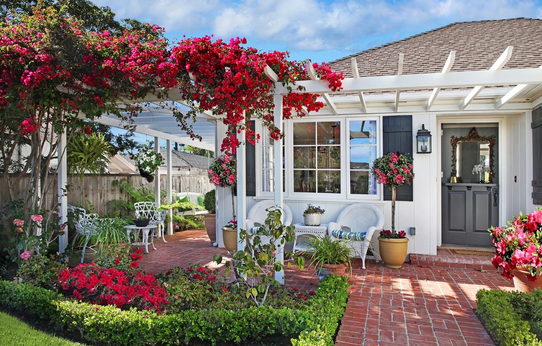 Фото обои трава, цветы, дом, качели, газон, стулья, сад, бугенвиллия