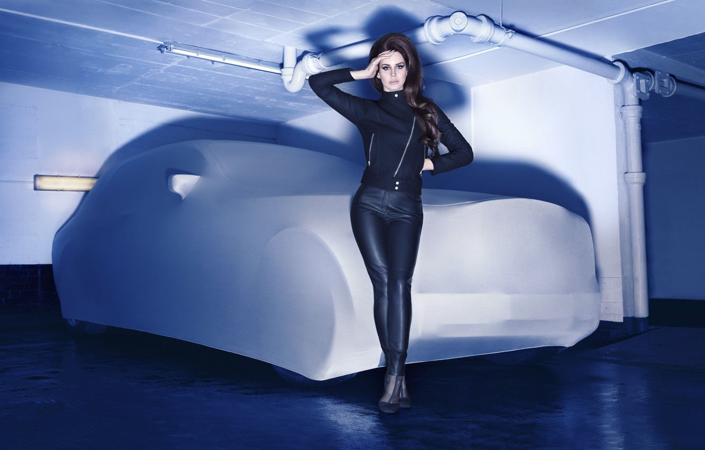 Фото обои машина, трубы, одежда, тень, гараж, брюнетка, куртка, черная, певица, штаны, Lana Del Rey, Лана Дель …