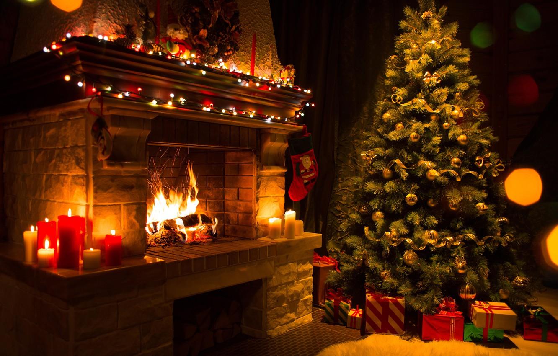 Фото обои огонь, елка, свечи, Рождество, подарки, Новый год, плямя, ёлка, камин, гирлянды