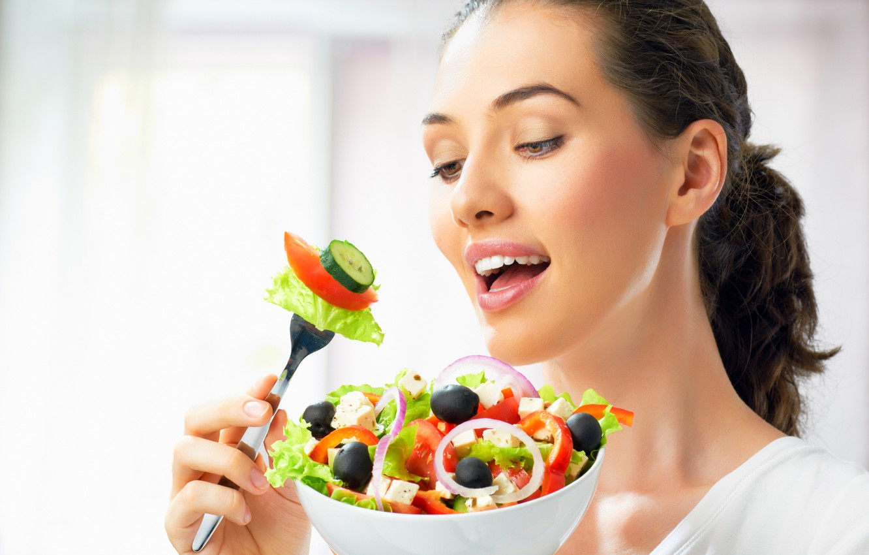 Фото обои девушка, сыр, лук, тарелка, шатенка, вилка, овощи, помидоры, очарование, огурцы, салат, маслины