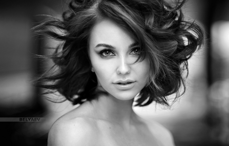 Обои взгляд, девушка, лицо, блики, милая, портрет, прическа, light,  прелесть, плечи, шея, eyes, ч\б, шикарная, боке, lips картинки на рабочий  стол, раздел девушки - скачать