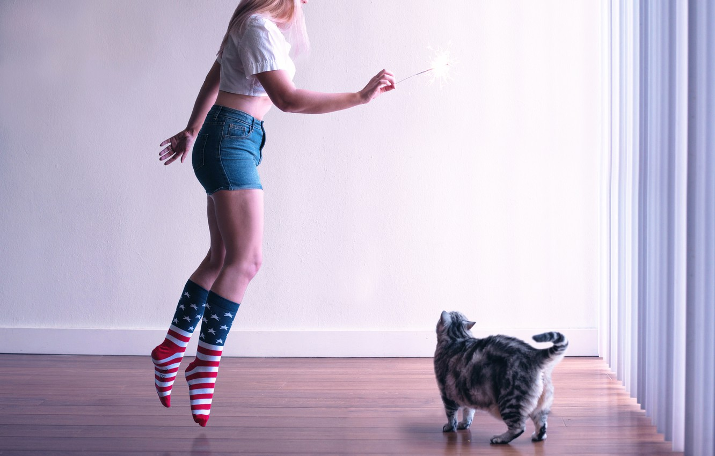 Обои девушка, поза, арбуз, ступеньки, носки, рубашка