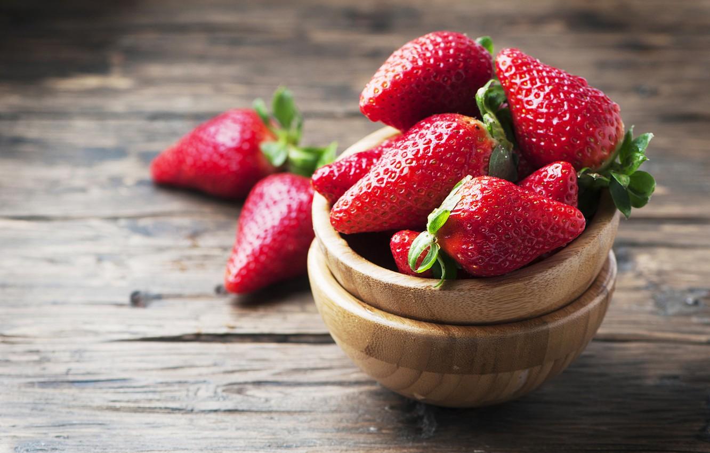 Фото обои ягоды, доски, клубника, миски