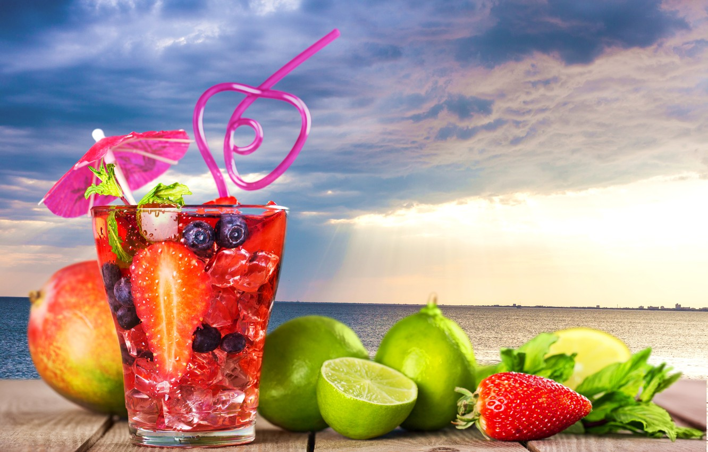 Фото обои море, пейзаж, тучи, стакан, ягоды, зонтик, фон, пасмурно, лимон, горизонт, клубника, коктейль, лайм, трубочка, фрукты