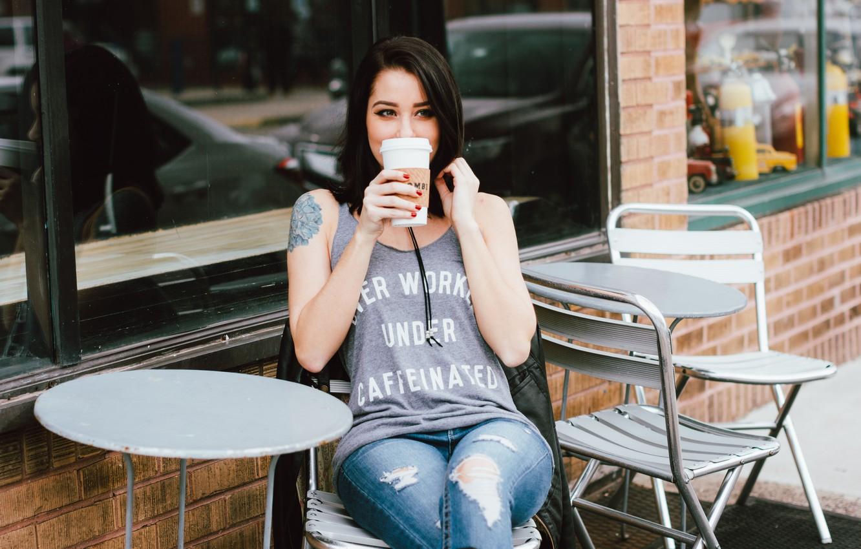 Фото обои кофе, брюнетка, кафе, сидит