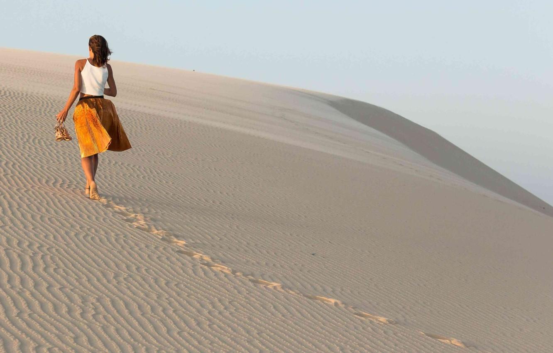 Фото обои skirt, dunes, shoes in hand, barefoot girl