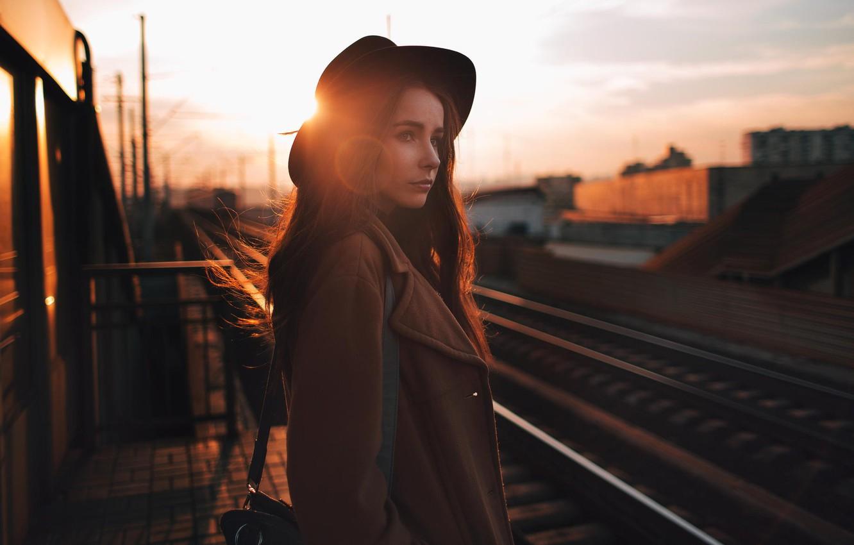 Фото обои солнце, вокзал, портрет, шляпа