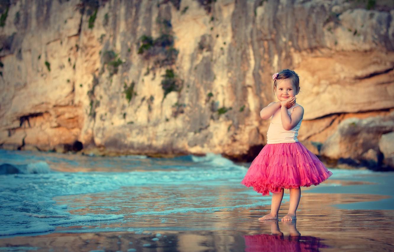 Фото обои море, пляж, закат, улыбка, волна, ребенок, девочка, girl, sea, beautiful, юбочка, child, kid