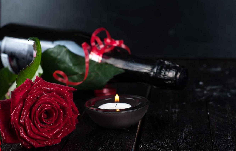 Фото обои цветок, вода, капли, праздник, доски, роза, бутылка, свеча, серпантин