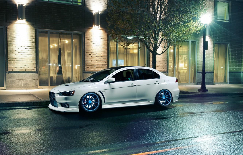 Фото обои белый, ночь, окна, фонари, Mitsubishi, Lancer, white, Evolution, лансер, митсубиси, эволюшн, Vossen Wheels