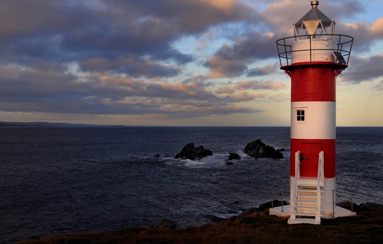 фото маяка на скале с видом в море под заказ