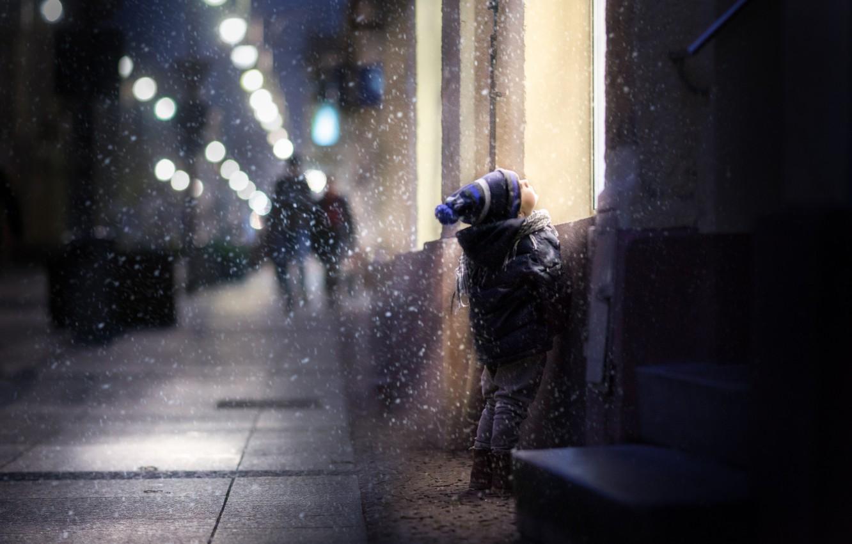 Фото обои зима, снег, дети, дом, улица, ребенок, мальчик, окно