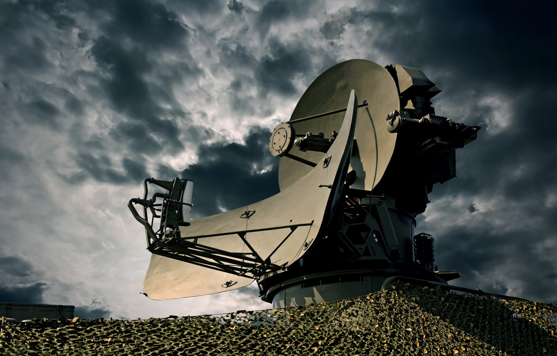Фото обои небо, поиск, сетка, станция, антена, аэродром, сигнал, военный, hi-tech, боке, авиабаза, радар, радиотелескоп, маскировочная, дальнего, …