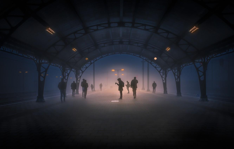 Фото обои свет, туман, люди, станция, фонарь, Тишина, меланхолия