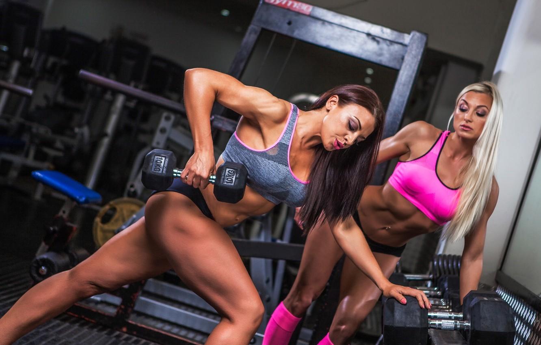 Девушки секси в фитнес клубе качалке отличное качество фото