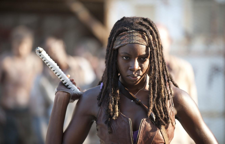 Фото обои взгляд, сериал, рукоятка, The Walking Dead, Ходячие мертвецы, Michonne, Danai Gurira, Мишонн, Данай Гурира