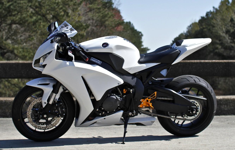 Фото обои белый, небо, деревья, мотоцикл, white, honda, хонда, cbr1000rr