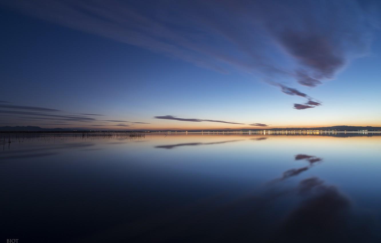 Фото обои небо, вода, облака, отражения, город, огни, берег, вечер, Испания, Валенсия, Gavines (Les), Alfredo Biot Photography, …