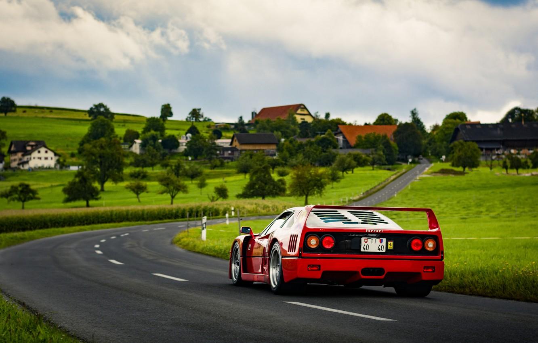 Фото обои дорога, поле, небо, трава, облака, лампы, деревня, сзади, Ferrari, F40