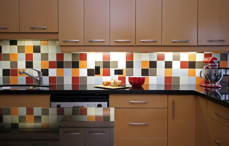 Фото обои плитка, яблоки, тарелка, кухня, плита, миска, шкафы