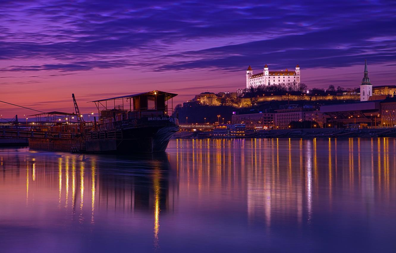 Фото обои небо, облака, ночь, город, огни, отражение, река, подсветка, архитектура, фиолетовое, столица, сиреневое, Дунай, Словакия, Братислава