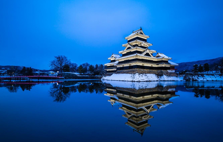 Фото обои зима, небо, вода, снег, отражение, вечер, Япония, Japan, синее, префектура Нагано, город Мацумото, замок Мацумото, …