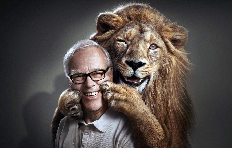 Фото обои лицо, улыбка, лев, лапы, мужчина