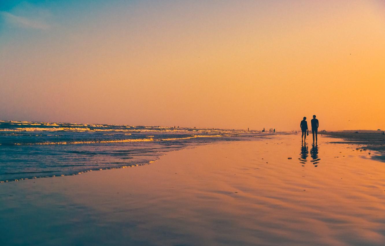 Фото обои волны, пляж, закат, отражение, люди, зеркало, пара, ходьба, оранжевое небо