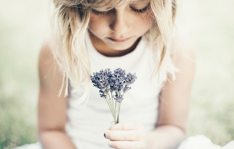 Фото обои взгляд, цветы, девочка, букетик