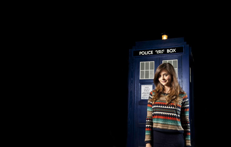 Фото обои девушка, улыбка, будка, черный фон, Doctor Who, свитер, Доктор Кто, Jenna-Louise Coleman, Дженна-Луиз Коулмэн