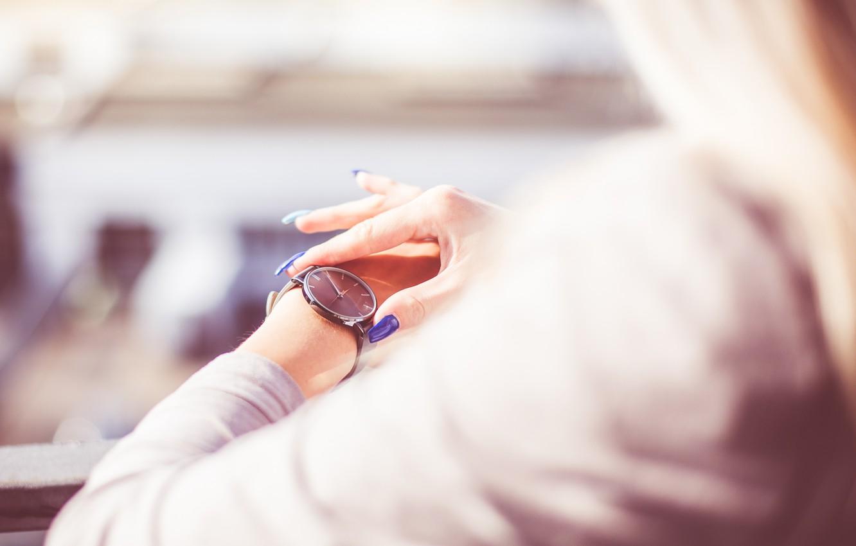 Фото обои девушка, часы, маникюр, наручные