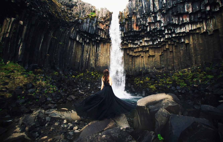 Фото обои девушка, камни, скалы, водопад, поток, платье, Исландия