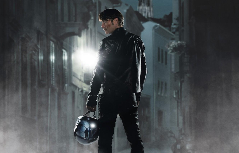 Фото обои свет, ночь, отражение, улица, дома, фонарь, шлем, сериал, Mads Mikkelsen, Мадс Миккельсен, Hannibal, Dr. Hannibal …