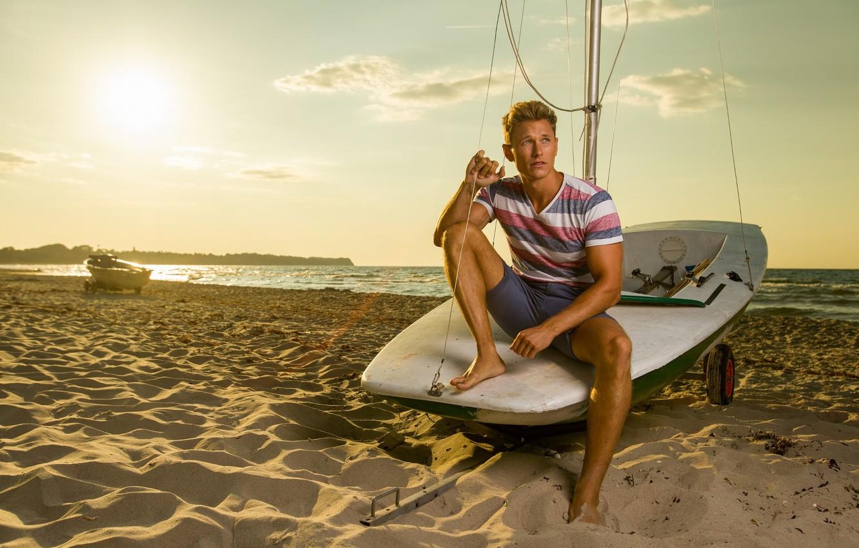 Фото обои песок, море, берег, модель, лодка, мужчина