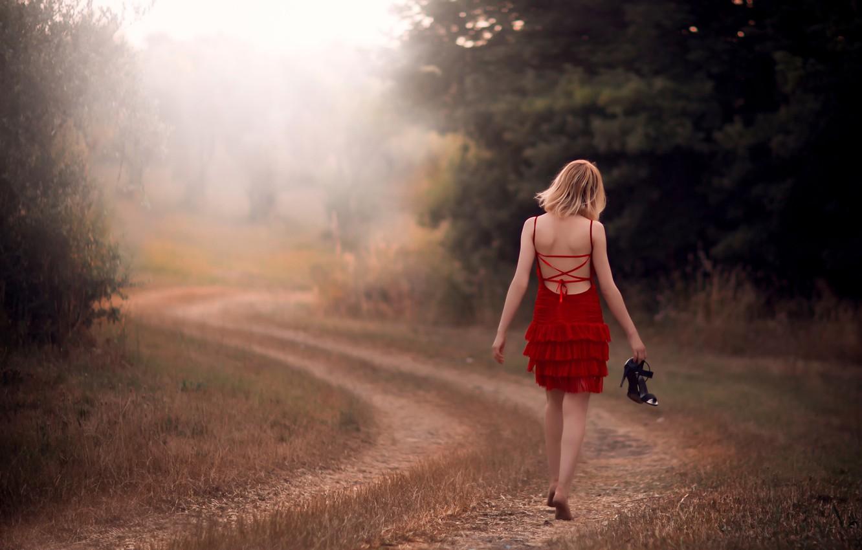 Фото обои дорога, поле, девушка, путь, в красном, босая