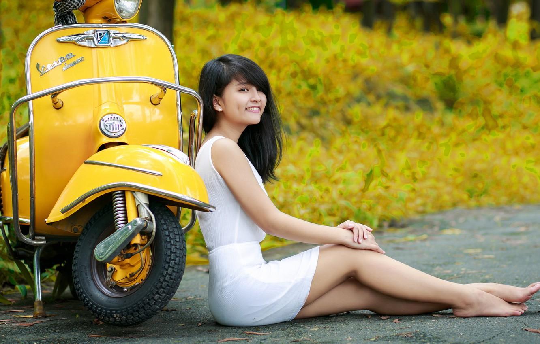Фото обои взгляд, девушка, улица, азиатка, моторолер